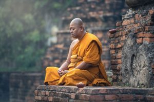 瞑想する修行僧